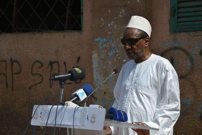 Le président guinéen Alpha Condé s'adresse aux médias après avoir voté dans un bureau de vote de Conakry, le 22 mars 2020.
