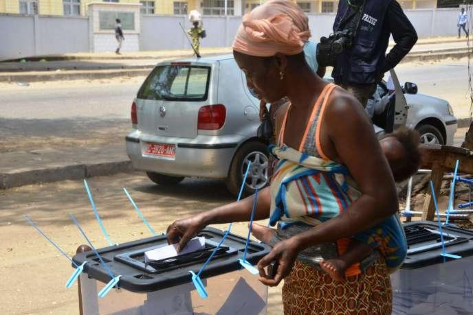 Un bureau de vote à Conakry, le jour du référendum, le 22 mars. CELLOU BINANI / AFP