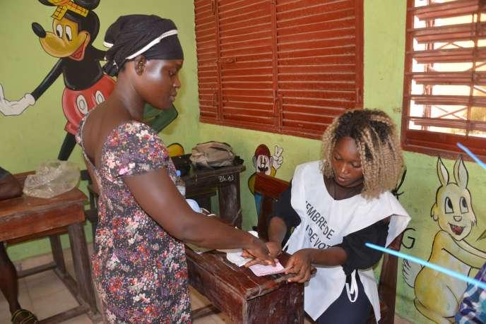 Dans un bureau de vote à Conakry, le 22 mars 2020.