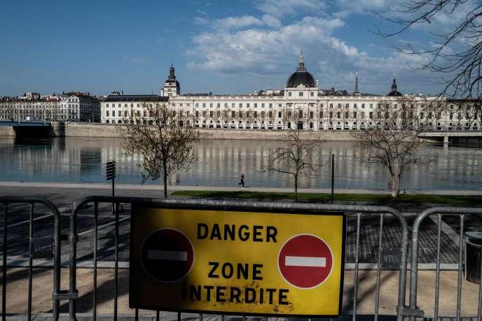 A Lyon, la fermeture des voies sur berge, ici le 20 mars, a été décidée conjointement par la métropole et la mairie. JEFF PACHOUD / AFP