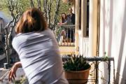 Le 21 mars, sixième jour de confinement. Dorothée Moussu discute avec les voisins d'en face (Eve et David) de balcon à balcon.