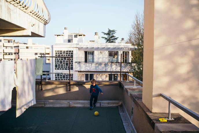 Montpellier (Hérault), le 21 mars. Les familles avec enfants de l'immeuble vont régulièrement sur le toit-terrasse pour prendre l'air.