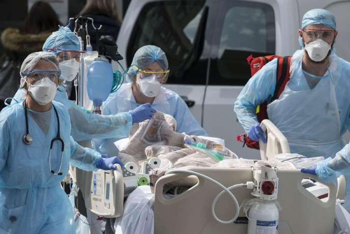 Le personnel médical emmène un patient vers un hélicoptère médical, à l'hôpital Emile-Muller à Mulhouse (Haut-Rhin), le 22 mars.