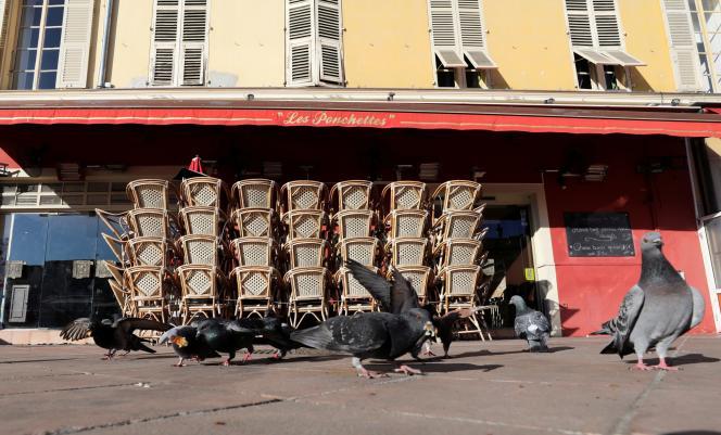 La terrasse d'un restaurant fermé, à Nice, le 15 mars.
