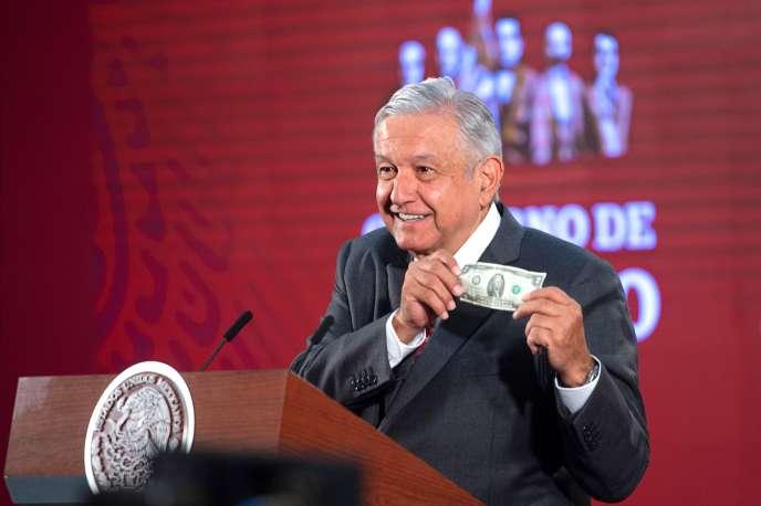 Le président mexicain montre un billet de deux dollars qui, selon lui, lui sert de «bouclier protecteur» contre le Covid-19, à Mexico, le 18 mars.