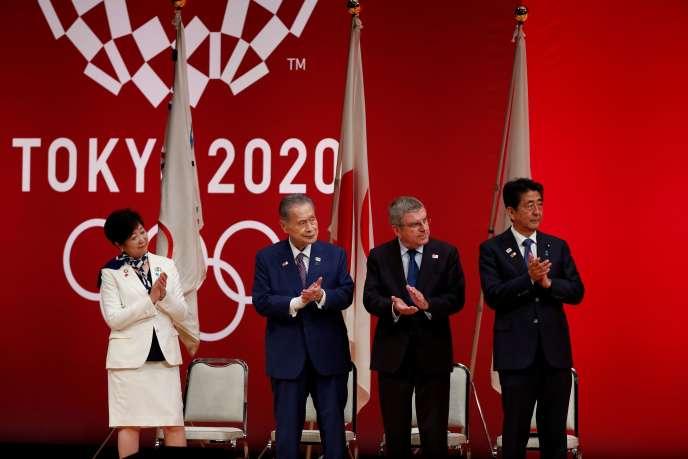 La gouverneure de Tokyo, Yuriko Koike, le président des JO 2020, Yoshiro Mori, le président du CIO, Thomas Bach, et le premier ministre japonais, Shinzo Abe, à Tokyo, le 24 juillet 2019.