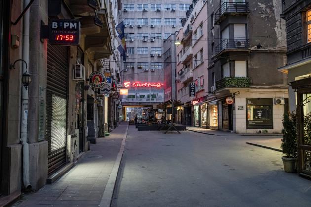 La rue Nusiceva à Belgrade, en Serbie, le 22 mars, durant le couvre-feu.