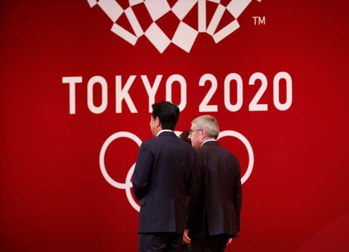 Le président du Comité international olympique (CIO), Thomas Bach, à droite, marche avec le Premier ministre japonais Shinzo Abeà Tokyo, Japon, le 24 juillet 2019.