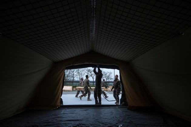 Des militaires ont monté une vingtaine de tentes, samedi 21 mars, sur un parking de l'hôpital.