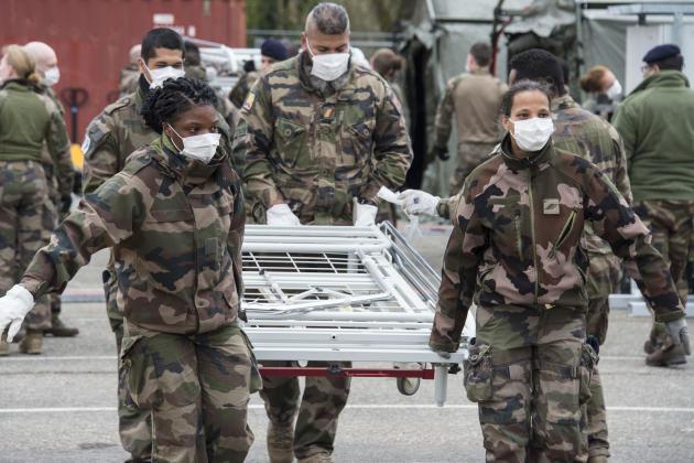 Des militaires installent les lits dans l'hôpital de campagne, le 22 mars.
