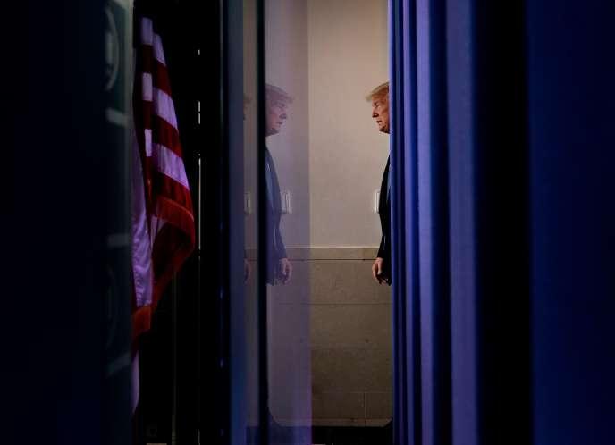 Le président Donald Trump arrive dans la salle de presse de la Maison Blanche pour le briefing quotidien sur le COVID-19, le 21 mars.