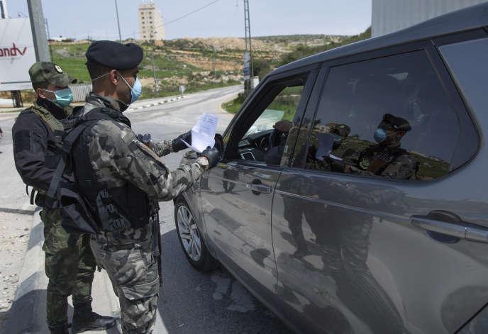 Les forces de sécurité palestiniennes à un point de contrôle près de Ramallah, le 23 mars.