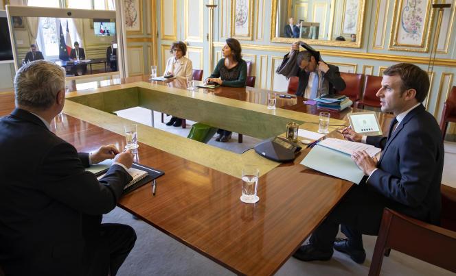 Emmanuel Macron avant le début d'une visioconférence à l'Elysée, le 23mars.