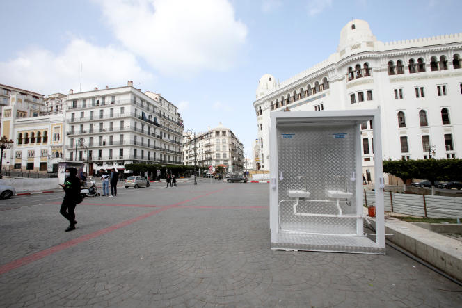 Des lave-mains avec desdistributeurs de désinfectant ont été installés dans une rue du centre d'Alger, le 21 mars 2020.