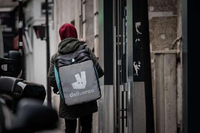 Un livreur travaillant pour Deliveroo, dans une rue vide de Paris, le 18 mars.