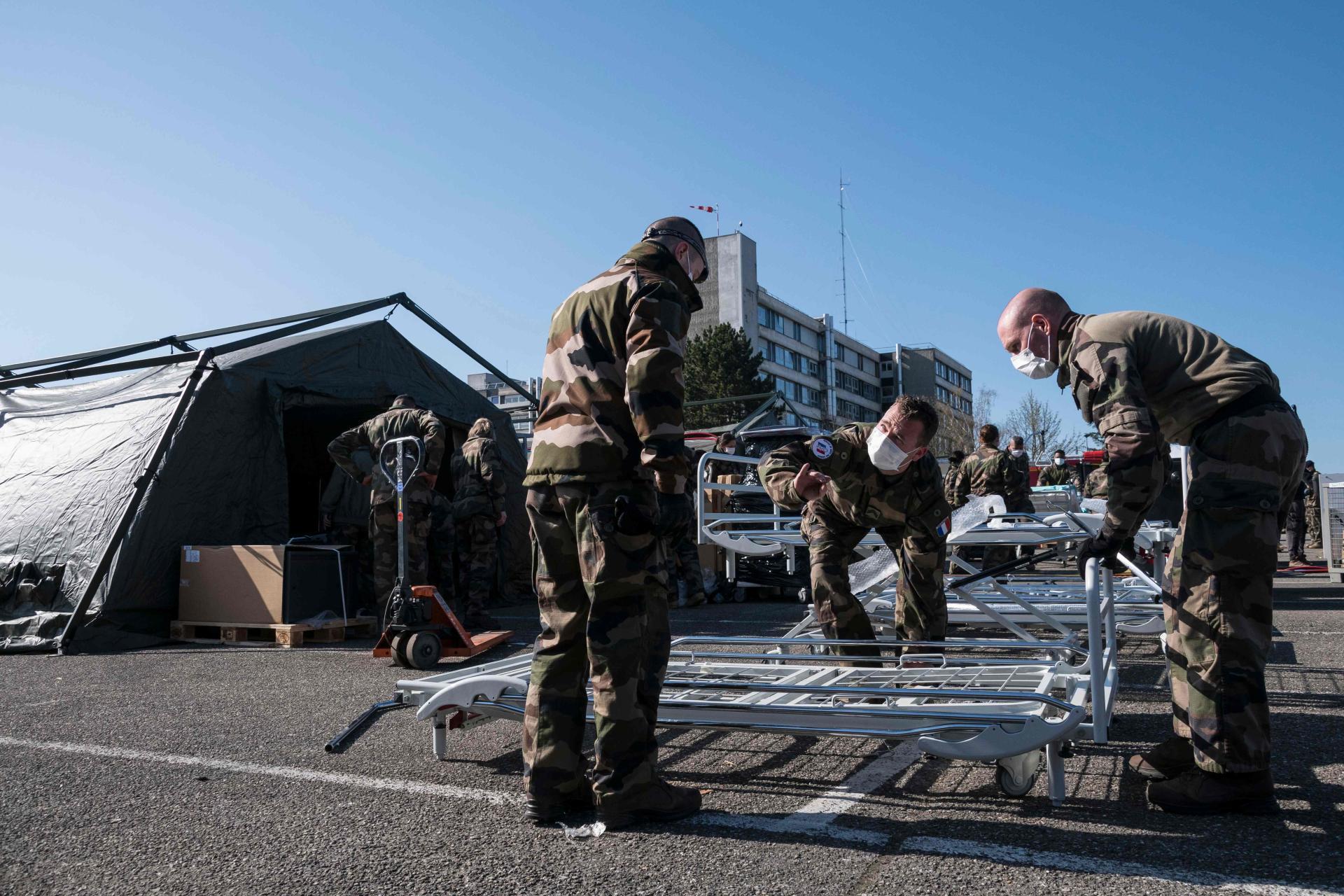 La journée de dimanche a été consacrée à l'aménagement intérieur des tentes et à l'installation du matériel médical.