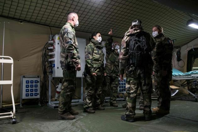 Des militaires installent l'hôpital de campagne à Mulhouse, le 22 mars.