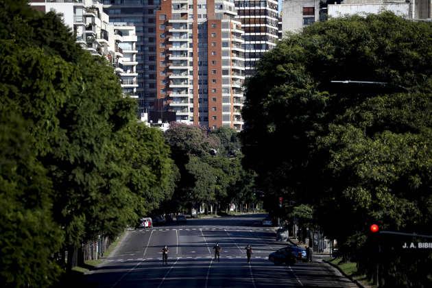 Des policiers dans une rue déserte de Buenos Aires, en Argentine, le 23 mars.