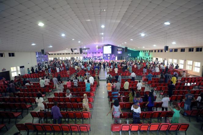 Les fidèles sont dispersés lors de l'office dominical à l'église Living Faith World Outreach Ministries à Abuja, capitale du Nigeria, dimanche 22 mars 2020.