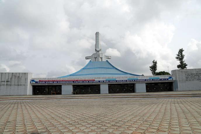 La cour vide de la cathédrale Saint-Paul du quartier du Plateau à Abidjan, le 22 mars 2020.