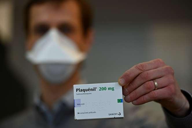 Une boîte de Plaquénil, tenue par un pharmacien à Rennes (Ille-et-Vilaine), le 23 mars.