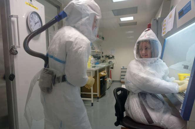 Une technicienne du CNRS et une virologue et chercheuse dans un laboratoire de haute sécurité de l'Insitut Pasteur de Lille, le 20 février.