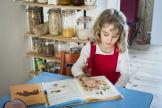 Travail à la maison pour une petite fille de 7 ans, au CP, à Lille, le 18 mars.