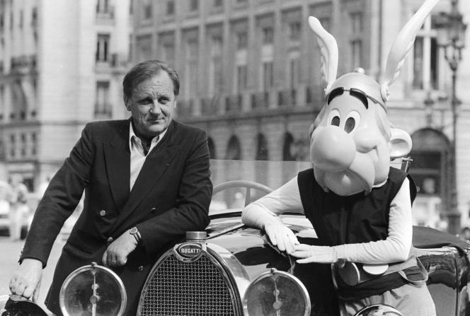Albert Uderzo pose à côté de son personnage Astérix, en septembre 1985 à Paris.