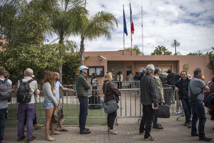 File d'attente de ressortissants français devant le consulat de France à Marrakech, le 17mars.