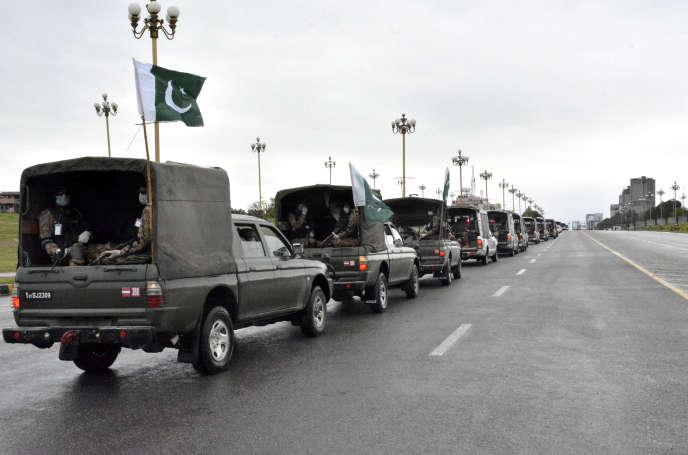 Un convoi de l'armée pakistanaise déployé pour fermer les lieux publics, à Islamabad, le 24 mars.