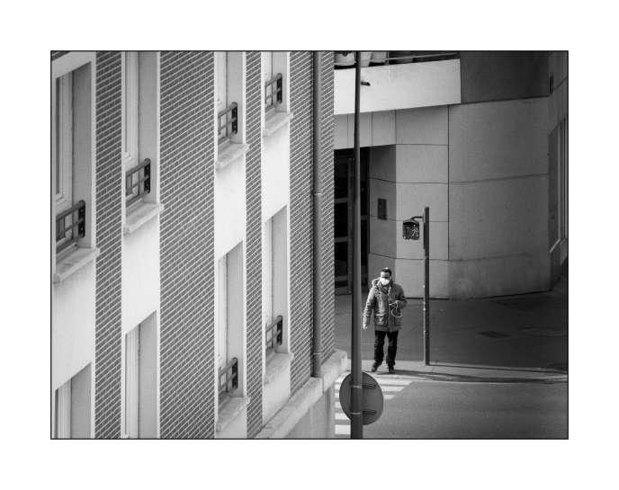 """«Il y a Yves, qui veut capter des images du temps qui passe. """"J'établis un journal sous forme de photographies, depuis la fenêtre d'un petit appartement de Clichy où ma compagne, ma fille et moi profitons du soleil et du chant des oiseaux à la fenêtre."""" »"""