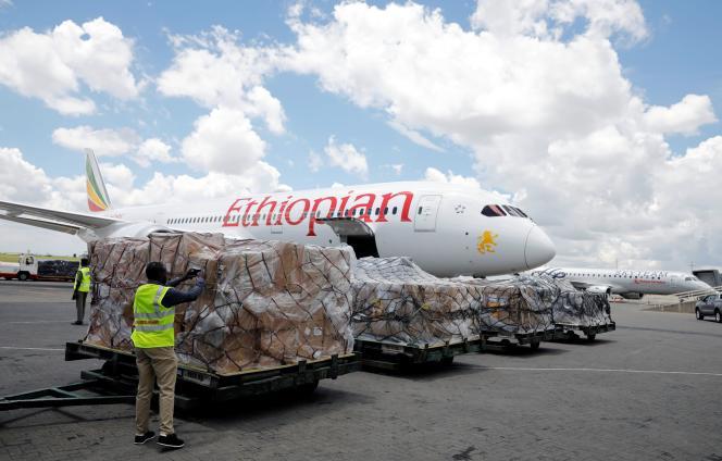 Une cargaison de matériel médical fourni par la Fondation dumilliardaire chinois Jack Ma, ex-PDG du groupe Alibaba, arrive à l'aéroport de Nairobi, au Kenya, en provenance d'Ethiopie, le 24 mars.