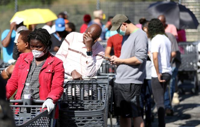 Une file d'attente devant un magasin à Johannesburg, le 24 mars. Le confinement national a été décrété la veille en Afrique du Sud.