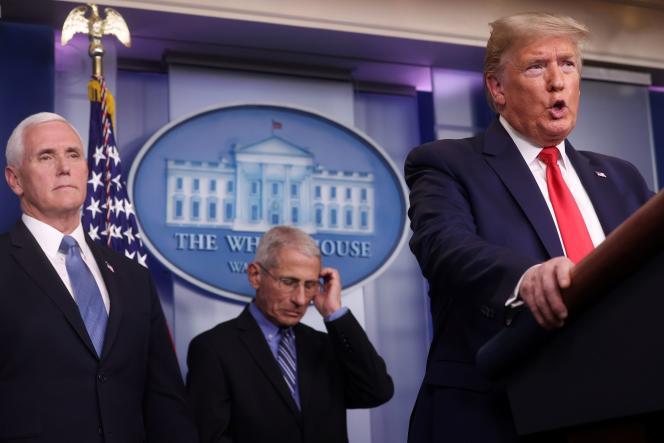 Le vice-président, Mike Pence (à gauche), le spécialiste des maladies infectieuses Anthony Fauci, et le président américain, Donald Trump, à Washington, le 24 mars.