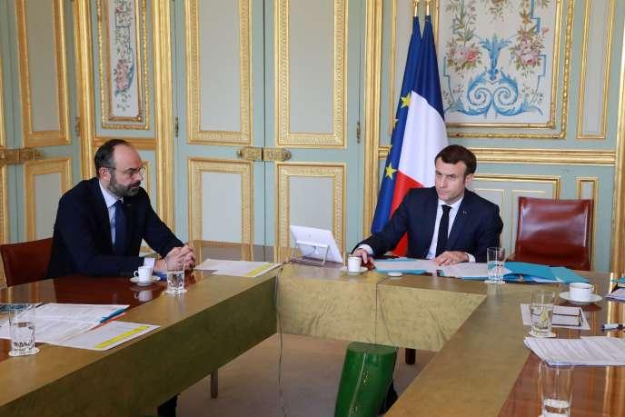 Le président Emmanuel Macron et le premier ministre Edouard Philippe lors d'une visioconférence le 19 mars à l'Elysée.