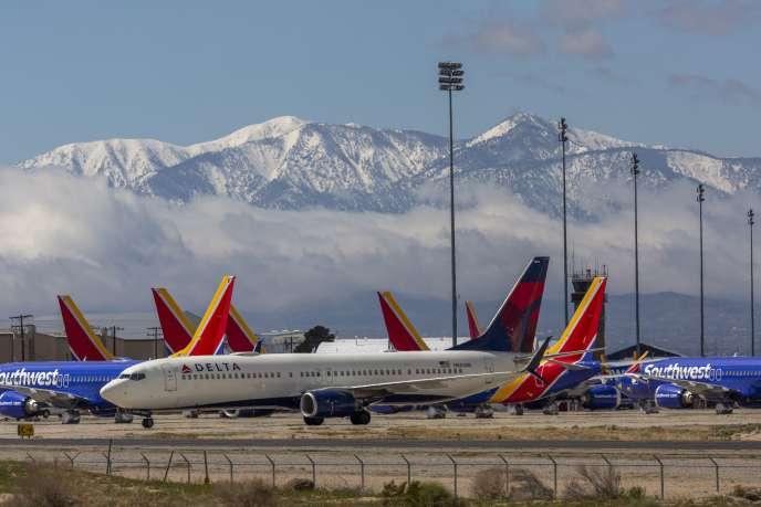 Des avions de ligne des compagnies Delta Air Lines et Southwest Airlines immobilisés dans un aéroport à Victorville (Californie), le 24 mars.