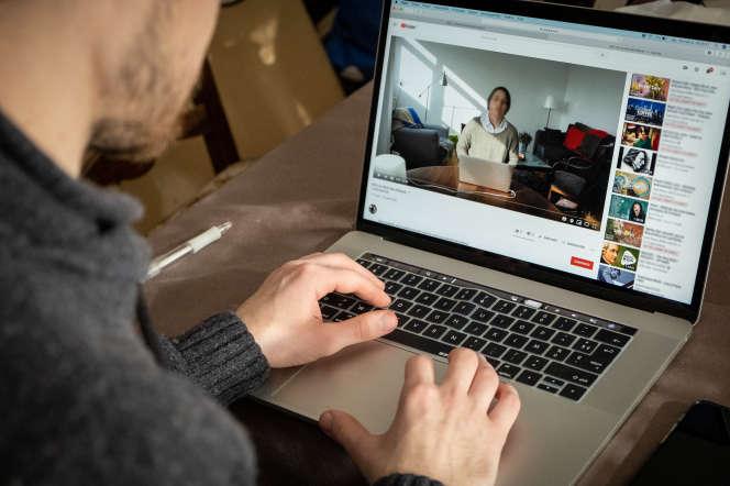 Un étudiant prenant ses cours en ligne depuis son domicile de Saône-et-Loire, le 18mars.