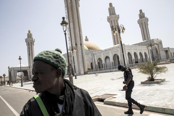 Devant la grande mosquée mouride à Dakar, le 20 mars.