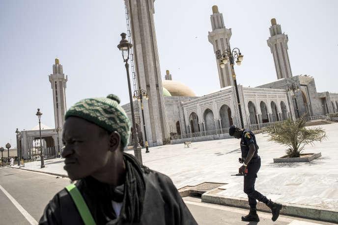 Devant la grande mosquée mouride à Dakar, le 20 mars 2020.