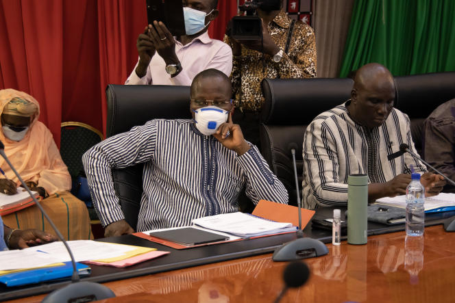 Le ministre de l'éducation burkinabé, Stanislas Ouaro, le 19 mars à Ouagadougou, lors d'un comité national de lutte contre la pandémie, a confirmé le même jour,sur les réseaux sociaux, avoir été testé positif au Covid-19.