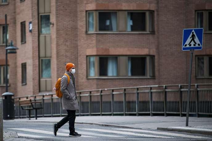 A Stockholm, le 24 mars. A ce jour, la Suède a choisi d'interdire seulement les rassemblements de plus de 500 personnes, les visites en maison de retraite et le service au bar dans les cafés et restaurants.