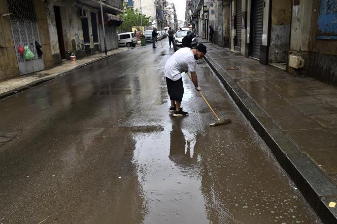 A Bab El-Oued, quartier d'Alger, nettoyage des trottoirs le 20 mars 2020.