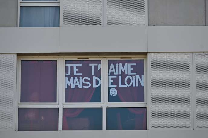 «Je t'aime mais de loin», sur la fenêtre d'un appartement, à Rennes, le 24mars.