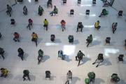 Distanciation sociale dans un centre commercial de Bangkok, le 24 mars 2020.