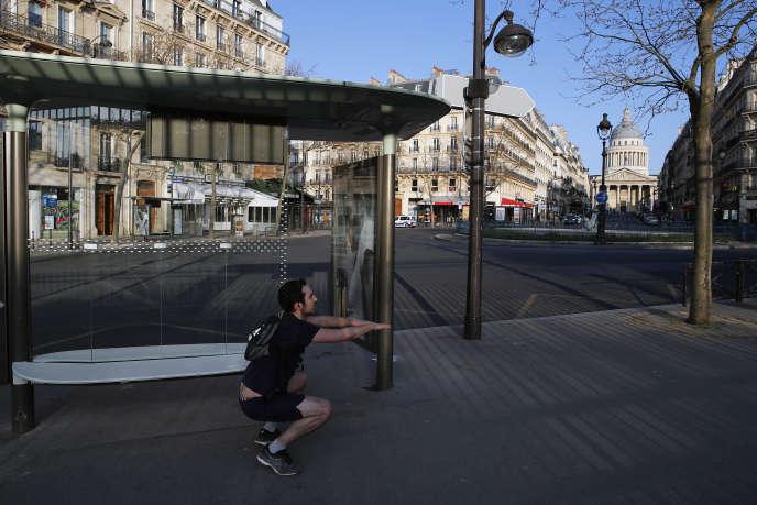 Exercice physique en solitaire près du jardin du Luxembourg à Paris, le 22 mars.