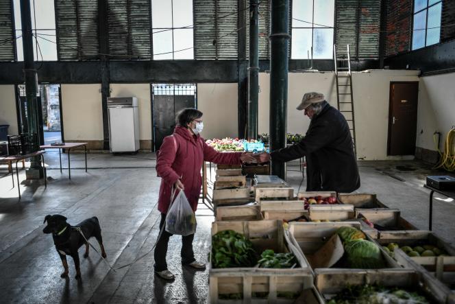 Dans un marché à Chaource, près de Troyes, lundi 23 mars.