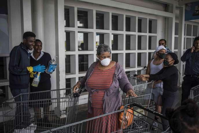 Une file d'attente devant des commerces alimentaires à Soweto, le 24 mars.