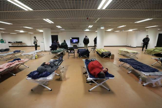 Des lits de camp pour les sans-abri installés à l'intérieur du Palais des Festivals de Cannes, le 24mars.