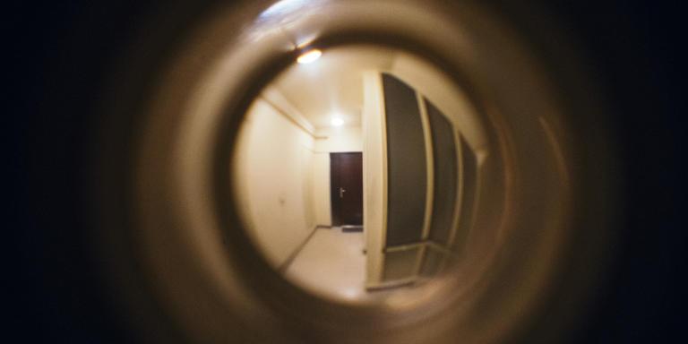 MONTPELLIER, FRANCE. 20 MARS 2020. 5ème jour de confinement du au coronavirus.  3ème étage gauche famille Goldstein Moussu. Vue sur le palier depuis le judas de la porte d'entrée.