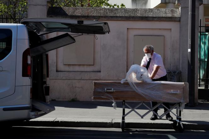Livraison d'un cercueil à la fondation Rothschild, un Ehpad où seize résidents seraient décédés du Covid-19,à Paris, le 25 mars.